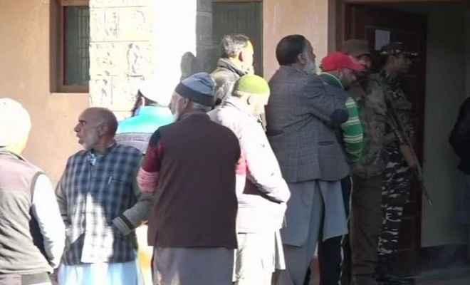 जम्मू/कश्मीर: पंचायत चुनाव के पहले चरण के लिए मतदान कड़ी सुरक्षा के बीच शुरू