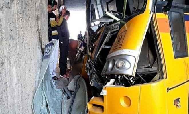 नोएडा में दीवार से टकराई स्कूल बस, 16 छात्र घायल