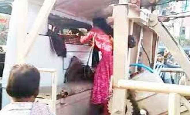 नो पार्किंग से कार उठाने पर भड़की लड़की, पुलिसकर्मी को चप्पल से पीटा