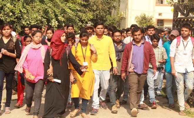 पटना साइंस कॉलेज में आशीष पुष्कर ने दर्जनों छात्र-छात्राओं के साथ चलाया संपर्क अभियान