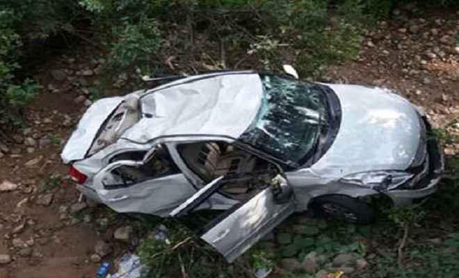 खाई में गिरी कार, तीन लोगों की मौत, दो की हालत गंभीर