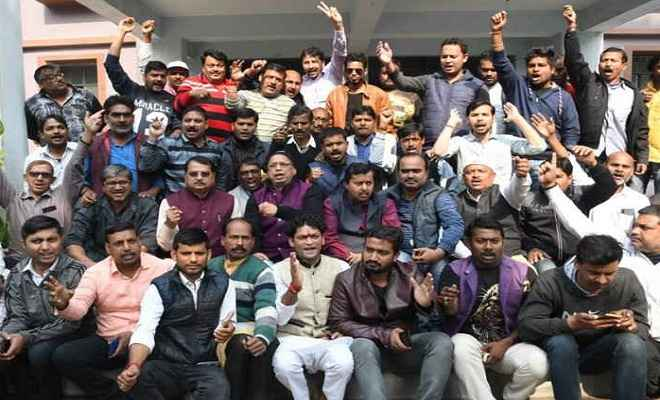 छात्रसंघ चुनाव: धरने पर बैठे भाजपा विधायक, कहा- पुलिस करे प्रशांत किशोर को गिरफ्तार