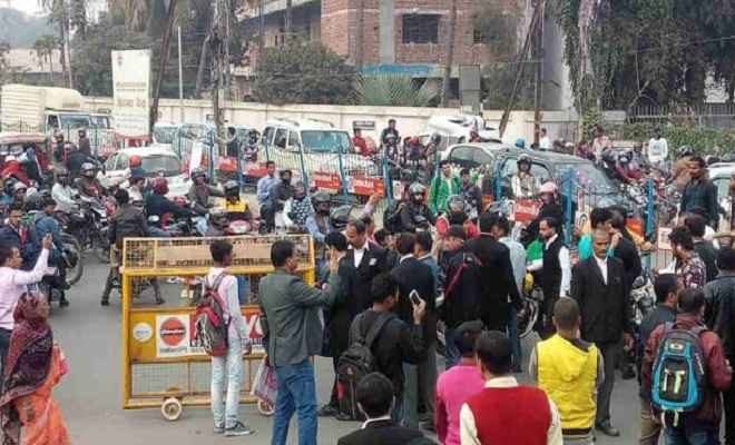 वकील की हत्या के बाद पटना हाईकोर्ट के अधिवक्ताओं ने मचाया हंगामा, किया सड़क जाम