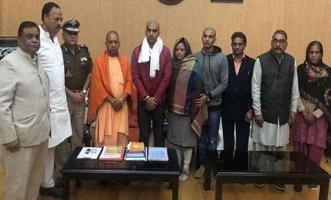 इंस्पेक्टर सुबोध के परिवार से मिले मुख्यमंत्री योगी, बोले- आरोपियों को मिलेगी कड़ी सजा