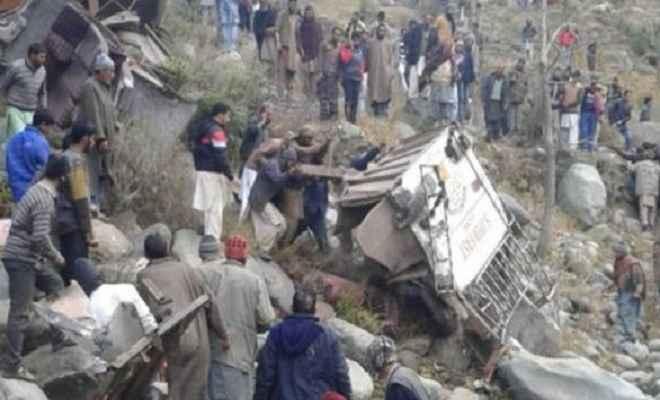 जम्मू/कश्मीर: गहरी खाई में गिरी बस, 11 लोगों की मौत, कई घायल