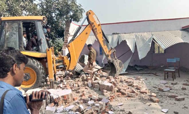 केविवि मोतिहारी के जमीन अधिग्रहण मुआवजा-राशि फर्जीवाड़े में अभियुक्त जयकिशुन के मकानों की हुई कुर्की