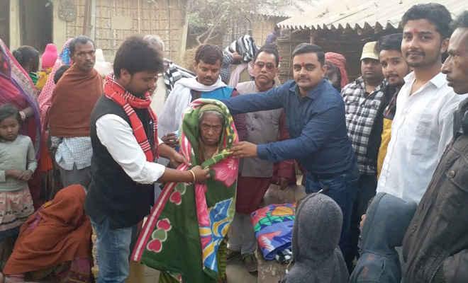 कांग्रेस नेता ने जन्मदिन पर बांटे कंबल