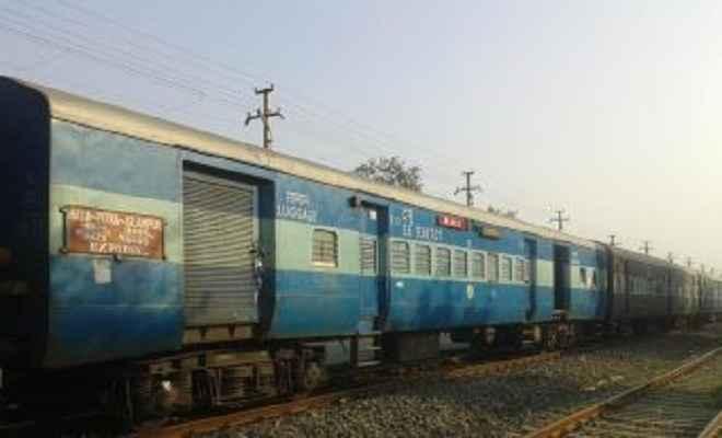 ट्रेन से गिरकर युवक की दर्दनांक मौत