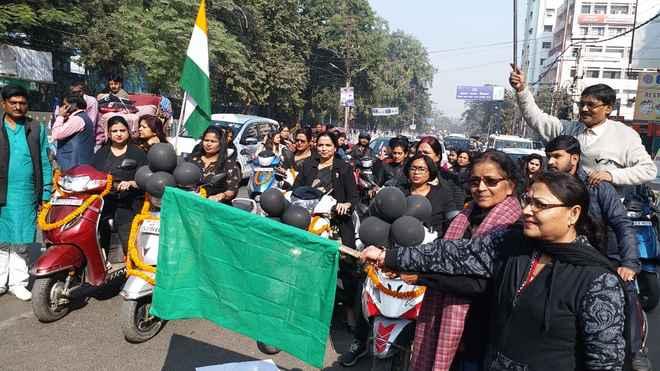 काले कपड़ों में पटना की सड़क पर उतरी महिलाएं, कहा– अत्याचार को न सहेंगे और न सहने देंगे