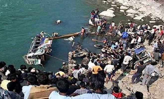 नेपाल में भीषण हादसा, गहरी खाई में बस गिरने से 21 की मौत व 13 घायल