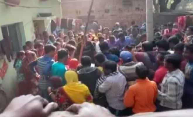 युवक की हत्या के मामले को लेकर लोगों ने प्रदर्शन किया