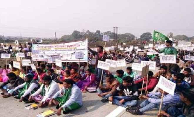 आदिवासी छात्र संगठन ने किया अपनी मांगों के समर्थन में विरोध प्रदर्शन