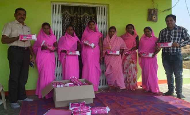 महिलाएं बना रही सस्ता और अच्छी गुणवत्ता का सेनेटरी नेपकिन