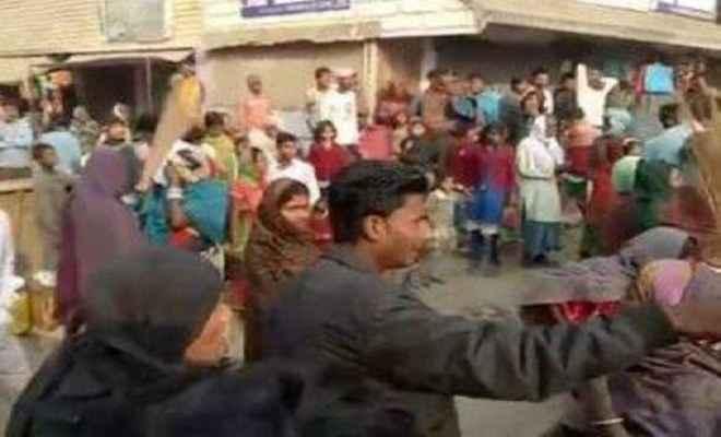 समस्तीपुर में गुस्सायी महिलाओं ने पुलिस को झाड़ू से पिटा