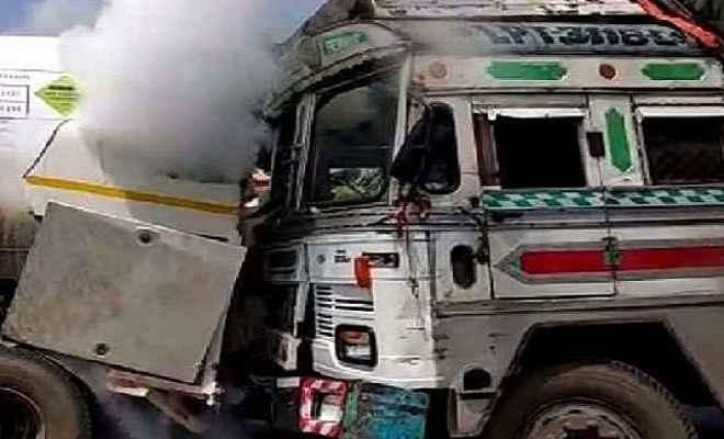 बेलगाम ट्रक ने पुलिस वाहन में मारी टक्कर, दो पुलिसकर्मियों की गई जान