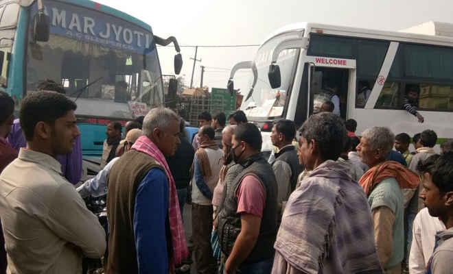 सुगौली में बीच चौराहे अज्ञात लोगों ने बस से उतार कंडक्टर को जमकर धुना,रुपये छीने