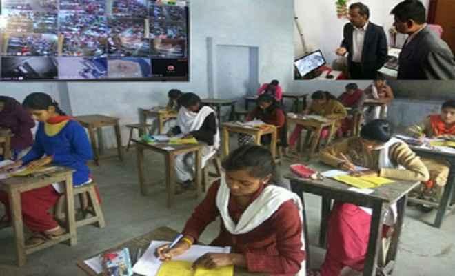 बिहार में 10वीं की परीक्षा आज से शुरू, छात्रों से सेंटर पर उतरवाए गए जूते-जुराब