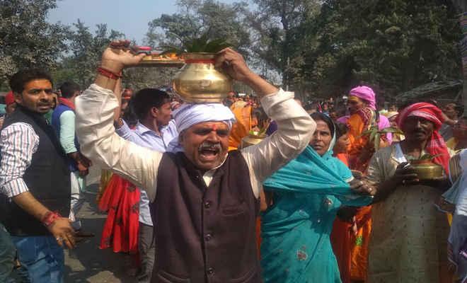रुद्र महायज्ञ को लेकर सैकड़ों श्रद्धालुओं ने गाजे-बाजे संग निकाली भव्य कलश यात्रा