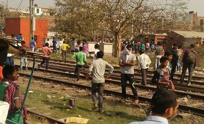 मैट्रिक परीक्षार्थियों ने जमकर किया बवाल, रेलवे स्टेशन में की तोड़-फोड़