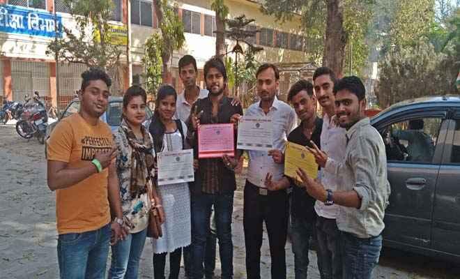 कॉलेज ऑफ कॉमर्स में छात्र संघ चुनाव के विजयी उम्मीदवारों को मिला प्रमाण पत्र