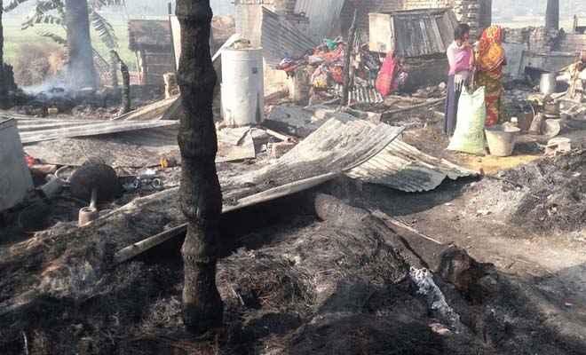 पीपराकोठी के तिवारी टोला में अगलगी में दो दर्जन घर खाक, लाखों की क्षति