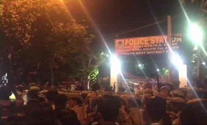 जेएनयू छात्राओं से यौन उत्पीड़न मामले पर बवाल, पुलिस से भिड़े छात्र
