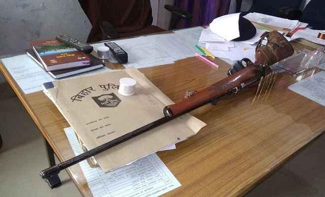 पुलिस ने राइफल व गोलियों के साथ शिक्षक को गिरफ्तार किया