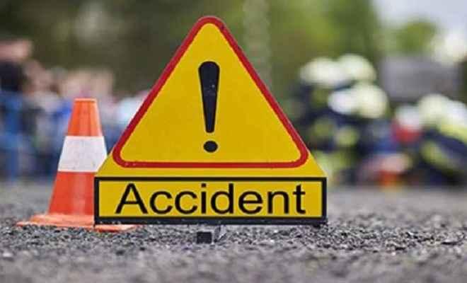 तेज रफ्तार ट्रक और एक वाहन की टक्कर में 10 की मौत, 8 घायल
