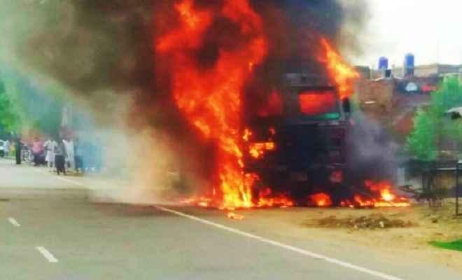 ट्रक में लगी भीषण आग, कोई हताहत नहीं