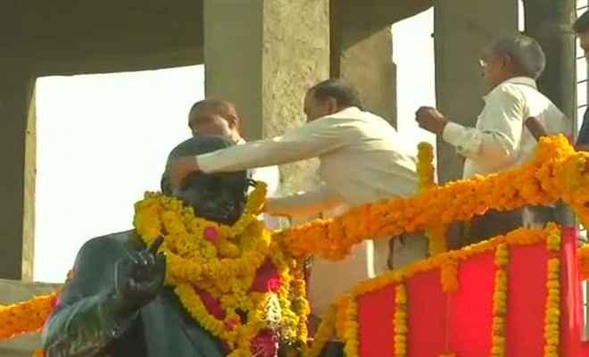 बाबा साहेब की मूर्ति पर भाजपा नेताओं को माला चढ़ाने से मेवाणी समर्थकों ने रोका