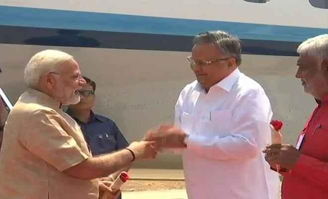 बीजापुर पहुंचे प्रधानमंत्री, मुख्यमंत्री ने गुलाब देकर एयरपोर्ट पर किया स्वागत