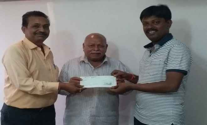 भाजपा जिलाध्यक्ष ने तेली साहू समाज को सौंपा अनुदान राशि का चेक