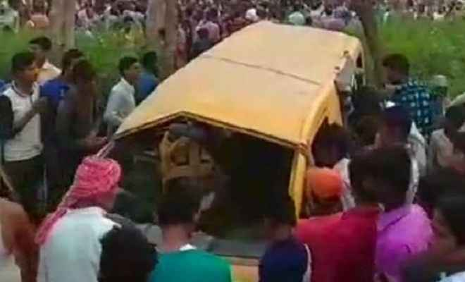 कुशीनगर में ट्रेन-स्कूल वैन की टक्कर, 13 बच्चों की मौत, 7 घायल