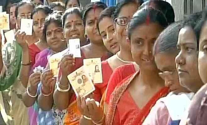 बंगाल पंचायत चुनाव : हिंसक घटनाओं के बीच मतदान जारी