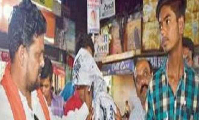 कांग्रेसी कार्यकर्ताओं ने नाथूराम गोडसे की तस्वीर पर पोती कालिख