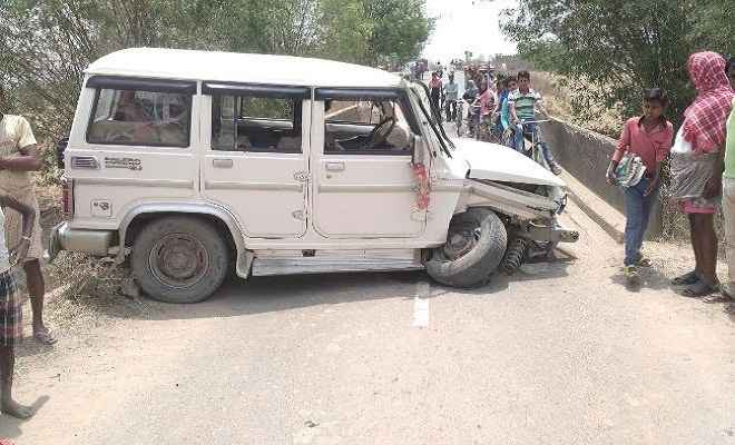 मोखापी मोड़ पुल के पास दुर्घटनाग्रस्त हुई बोलेरो कार, दो घायल