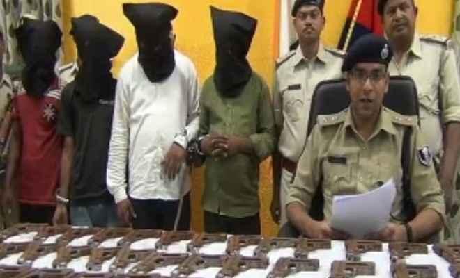 पुलिस के हत्थे चढ़े हथियार तस्कर, 80 पिस्टल बरामद