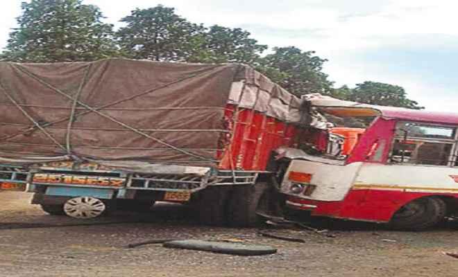 गुना में बस-ट्रक की टक्कर, 11 की मौत, कई घायल