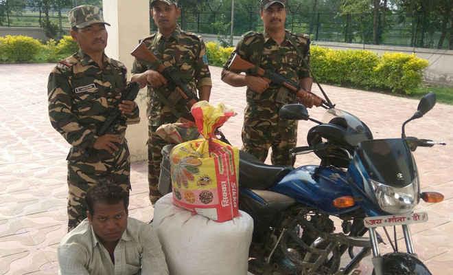 नकद रुपये, दो बाइक व तस्करी के नेपाली सामान के साथ दो गिरफ्तार