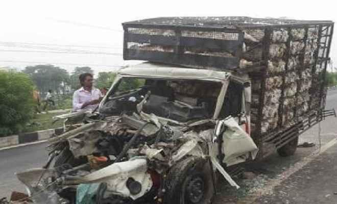 ट्रक-पिकअप वैन में टक्कर, तीन की मौत