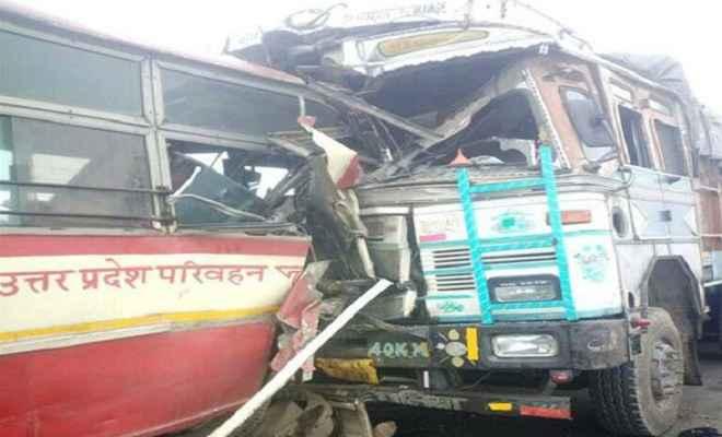 बस और ट्रक की टक्कर में 2 की मौत, 15 घायल