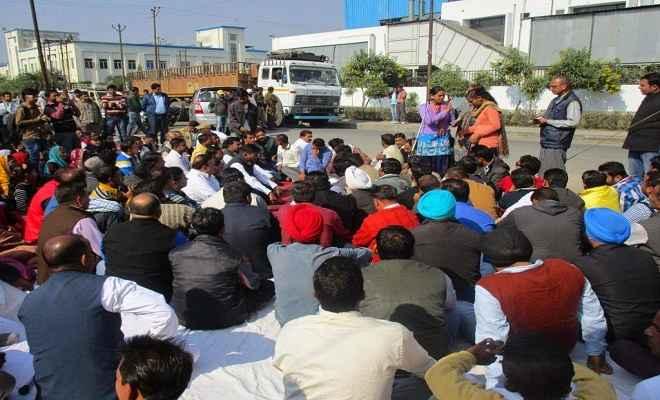 टाटा मोटर्स कम्पनी के कर्मियों ने उप-श्रमायुक्त कार्यालय में किया प्रदर्शन
