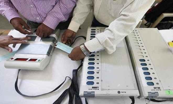 चुनाव आयोग ने ईवीएम में खराबी की खबरों को किया खारिज