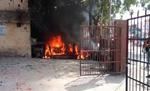 युवक की मौत पर भड़के ग्रामीण, थाना परिसर में रखे वाहनों में लगाई आग