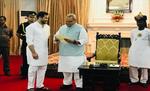 तेजस्वी यादव ने राज्यपाल से मिलकर पेश किया सरकार बनाने का दावा