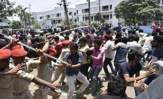 बिहार बोर्ड के बाहर छात्रों का प्रदर्शन, पुलिस ने किया लाठीचार्ज