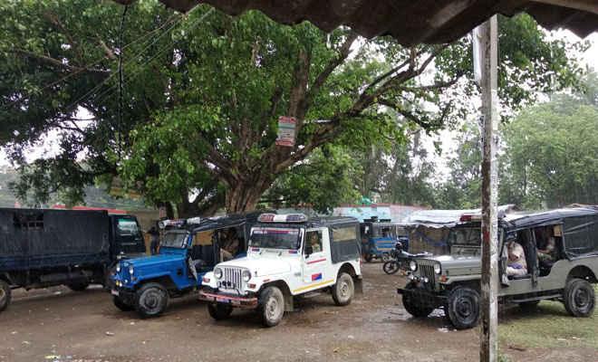 मोतिहारी में बेतिया राज की जमीन खाली कराने पर आक्रोशितों ने एक्स्कॅवेटर को किया क्षतिग्रस्त