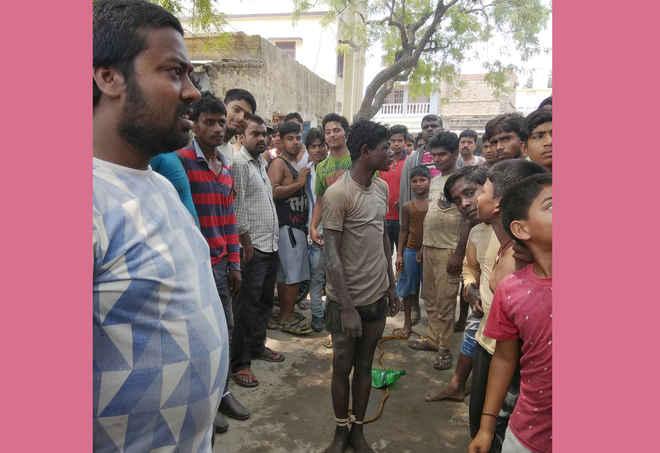 मोतिहारी में चोरी का आरोप लगा पेड़ में बांधकर सरेआम पीटा जाता है चाइल्ड लेबर को, पुलिस कहती-आवेदन पर होगी कार्रवाई