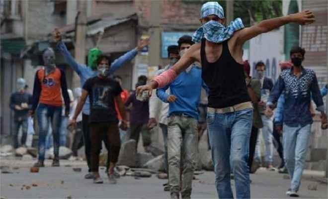 राजनाथ सिंह की अपील का भी नहीं हुआ कुछ असर, छात्रों ने पुलिस वाहनों पर किया पत्थराव