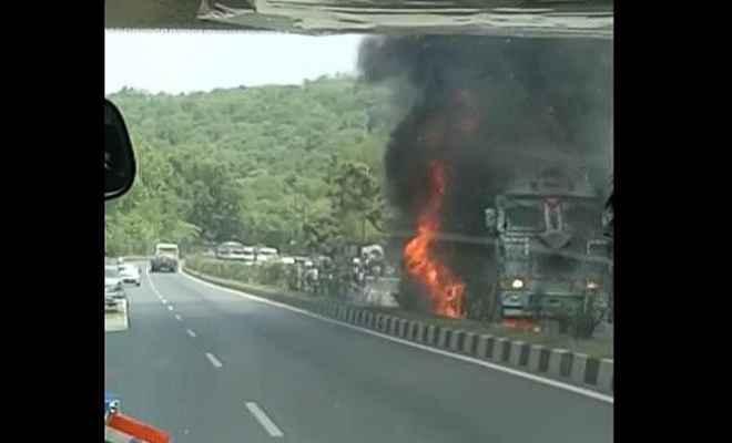 तीन वाहनों की टक्कर के बाद ट्रक में लगी आग